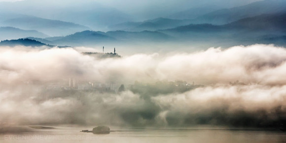 Morning mists at Dospat lake