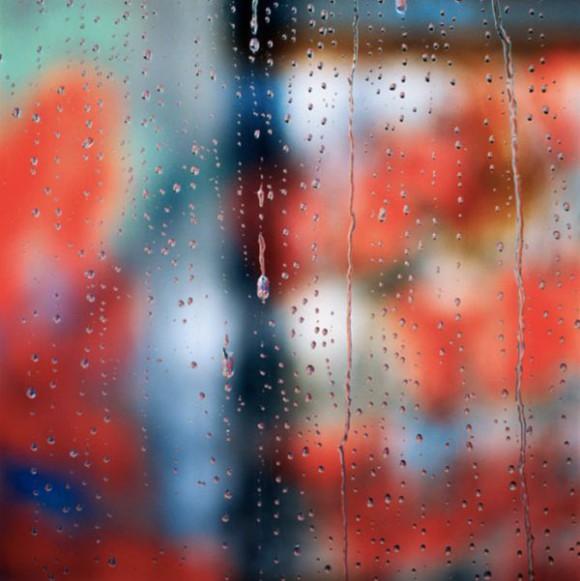 Zdjęcie szyby w daszczowy dzień Carol Inez Charney, fotografia 1